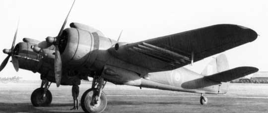 """Samolot myśliwsko-bombowy Beaufighter VIC z celownikiem radiolokacyjnym """"powietrze-powierzchnia"""" ASV Mk II i wyrzutniami niekierowanych rakiet 76,2 mm."""