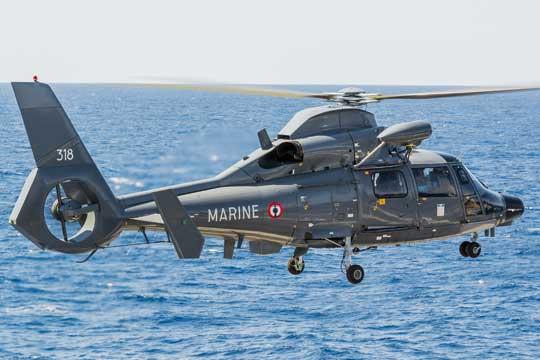Śmigłowiec SA365 Dauphin to główny środek poszukiwawczo-ratowniczy na pokładzie lotniskowca Charles de Gaulle (R 91). Lotnictwo Marynarki Wojennej Francji ma na stanie osiem takich maszyn.