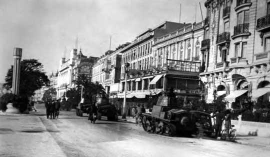 Włoskie czołgi lekkie L6/40 wkraczają do zdobytego francuskiego miasta.