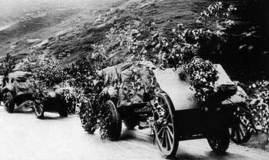 Konwój artyleryjski w Alpach. Ciągniki Pavesi M.30A z działami Ansaldo-Schneider 105/28.