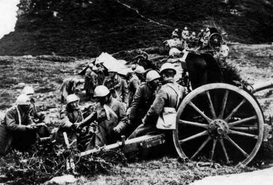 Artylerzyści podczas prowadzenia ostrzału pozycji francuskich z działa 75/27 mod. 11.