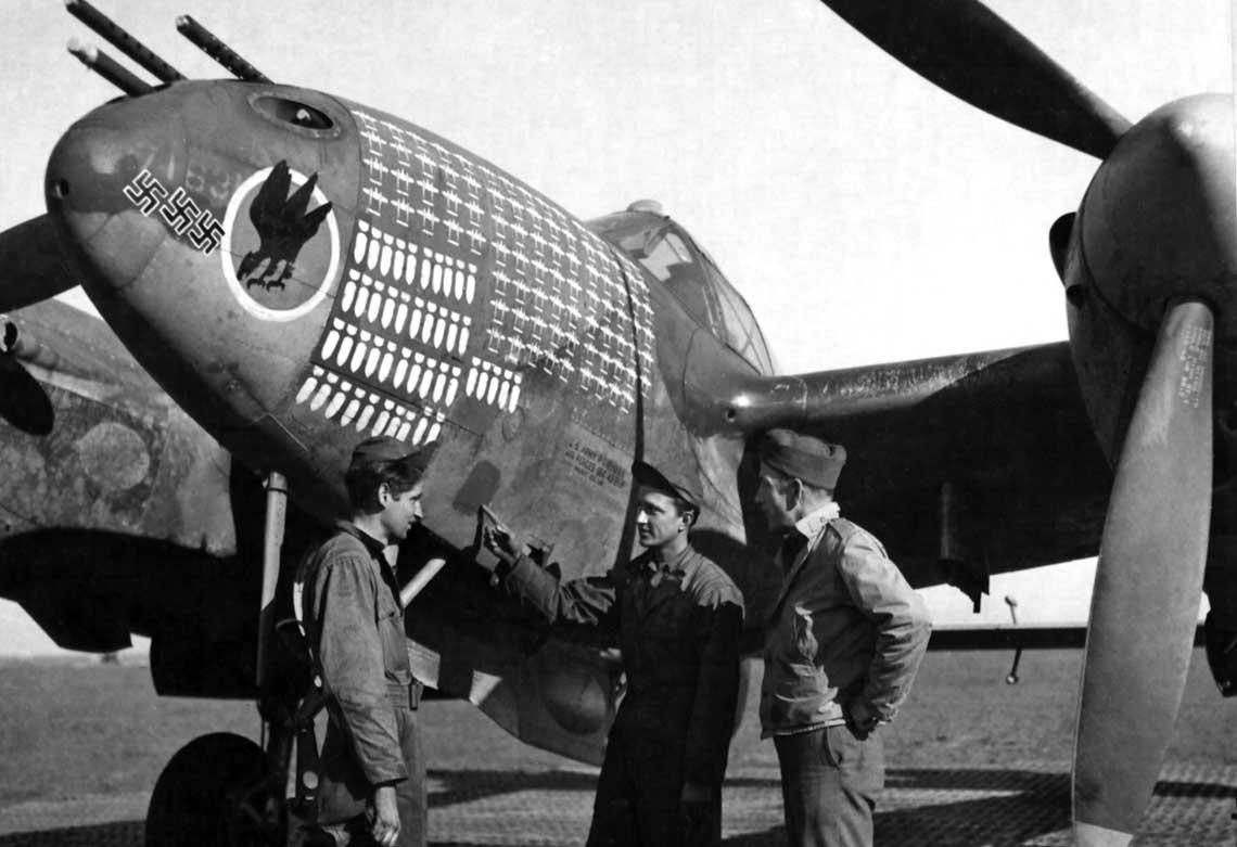 """Samolot, którym zwykle latał Lt. Edward Newbury z 27. FS z 1. FG, nosił oznaczenia nie tylko zwycięstw powietrznych, ale wszystkich wykonanych lotów bojowych. Sylwetki P-38 oznaczają zadania eskortowe. Możliwe, że jest to """"dorobek"""" samego samolotu, jeśli latali nim również inni piloci."""