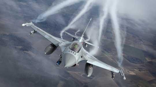 """F-16 Jastrząb są uzbrojone w pociski """"powietrze-powietrze"""" AIM-120C AMRAAM i AIM-9X Sidewinder. Stałe uzbrojenie samolotu stanowi działko M61A1 Vulcan kal. 20 mm."""