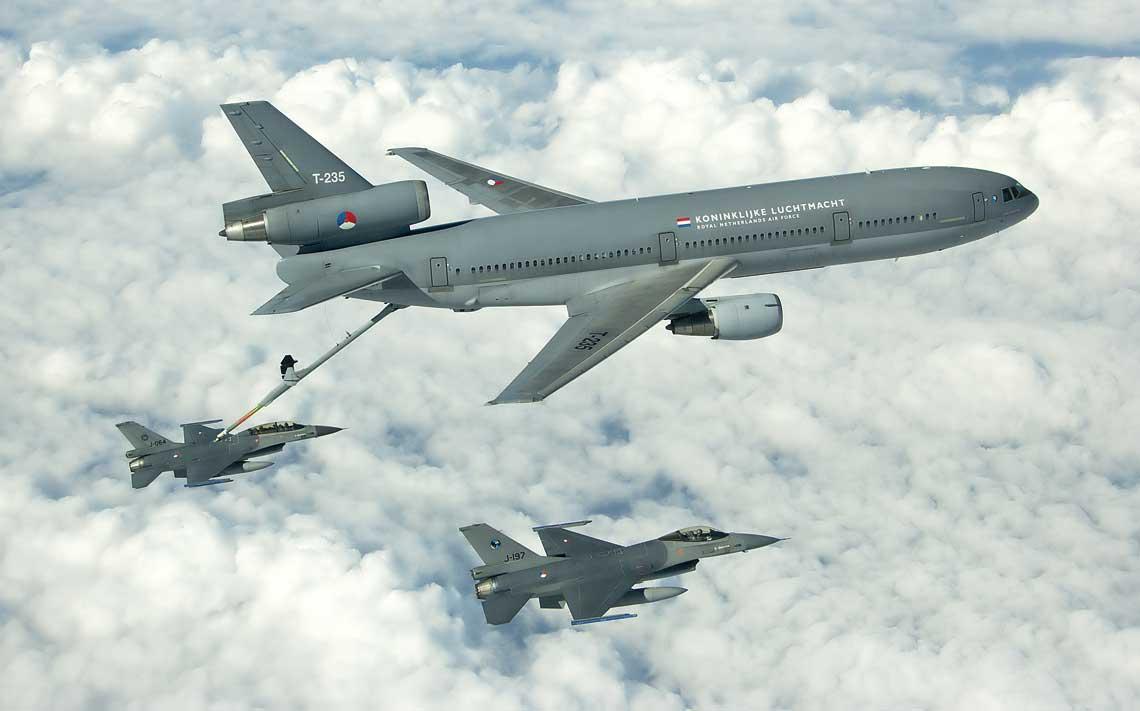 Myśliwiec F-16AM Królewskich Holenderskich Sił Powietrznych utrzymuje szyk z samolotem tankowania powietrznego KDC-10, podczas gdy dwumiejscowy F-16BM zaopatruje się w dodatkowe paliwo w locie.