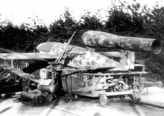V-1 był napędzany pulsacyjnym silnikiem odrzutowym Argus As 014, rozwijał prędkość 645 km/h i miał zasięg 240 km (masa startowa 2150 kg, w tym 850 kg burzący ładunek bojowy).