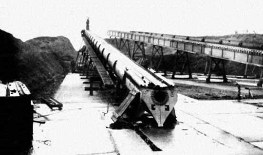 W 1943 r. na północnym wybrzeżu Francji Niemcy przystąpili do budowy wyrzutni samolotów-pocisków V-1 (potocznie zwanych latającymi bombami) oraz schronów do ich magazynowania.