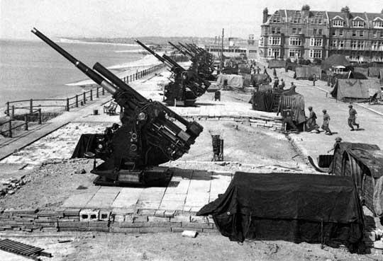 Rozmieszczona na wybrzeżu artyleria przeciwlotnicza stanowiła środkowy pas obrony przed samolotami- -pociskami V-1. Dysponowała ona przede wszystkim armatami ciężkimi (94 mm) i lekkimi (40 mm).