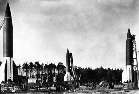 V-2 była napędzana silnikiem rakietowym na ciekły materiał pędny, miała prędkość 5760 km/h (2880 km/h w momencie uderzenia) i zasięg 320 km (masa startowa 12 500 kg, burzący ładunek bojowy 1000 kg).