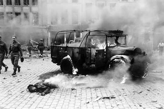 Do końca marca 1945 r. na Antwerpię spadło 2248 samolotów-pocisków V-1 i 1712 rakietowych pocisków balistycznych V-2. Na zdjęciu tragiczne skutki wybuchu V-2; Antwerpia, 27 listopada 1944 r.