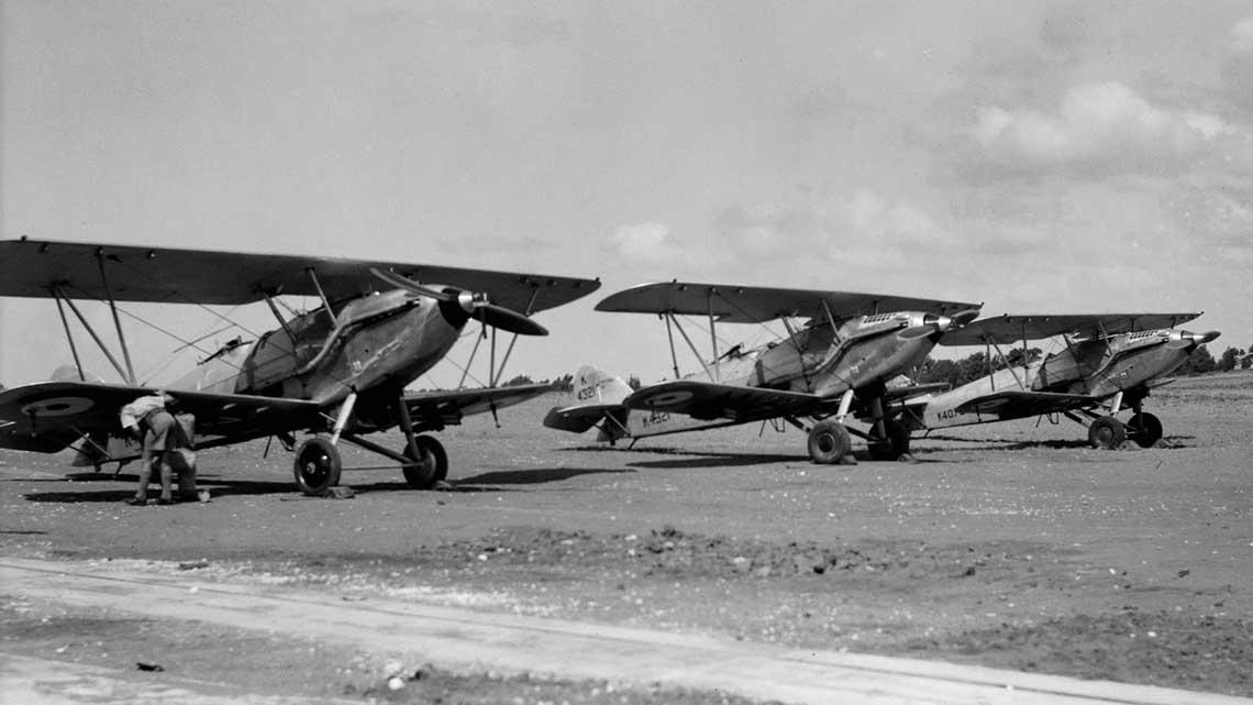 Klucz samolotów Hawker Hart – mniej więcej w  takim szyku bombowce te miały wykonywać zadania bojowe.