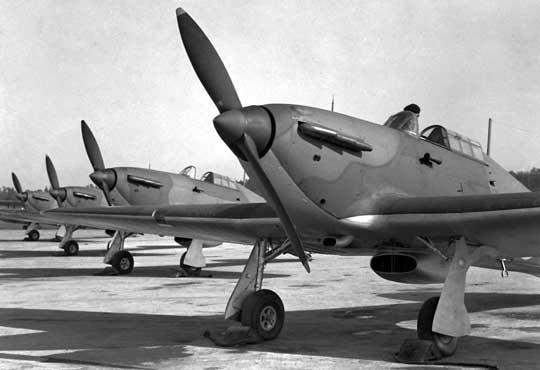 Jedne z pierwszych seryjnych samolotów myśliwskich Hurricane. Na tym ujęciu doskonale widać dwułopatowe, drewniane śmigła o stałym skoku oraz rurki Venturiego na bokach kadłuba, pod kabiną.