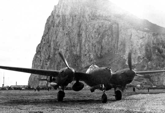 Jeden z Lightningów 14. FG na lotnisku w Gibraltarze, po długim locie transferowym z Wielkiej Brytanii.