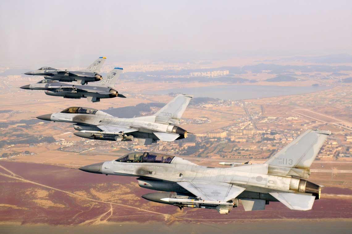 Para koreańskich samolotów myśliwskich KF-16D Block 52 ze 111. Dywizjonu Myśliwskiego z 38. Grupy Bojowej z bazy Kunsan z dwoma amerykańskimi samolotami F-16C Block 40 z 8. Skrzydła  Myśliwskiego ztej samej bazy we wspólnym locie wczasie amerykańsko-koreańskich ćwiczeń lotniczych.