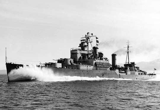 """Krążownik lekki Uganda, pierwszy z okrętów brytyjskich biorących udział w operacji """"Avalanche"""", który uległ uszkodzeniu w rezultacie bezpośredniego trafienia przez bombę kierowaną."""