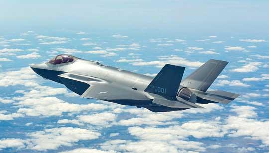 Pierwszy południowokoreański wielozadaniowy samolot bojowy o cechach utrudnionej wykrywalności Lockheed Martin F-35A Lightning II. Zakupiono jak dotąd 40 takich samolotów, ich dostawy się dopiero rozpoczęły. Trwają negocjacje wsprawie zakupu 8kolejnych F-35A i 12 F-35B o własnościach  skróconego startu i pionowego lądowania, do wsparcia operacji morskich.