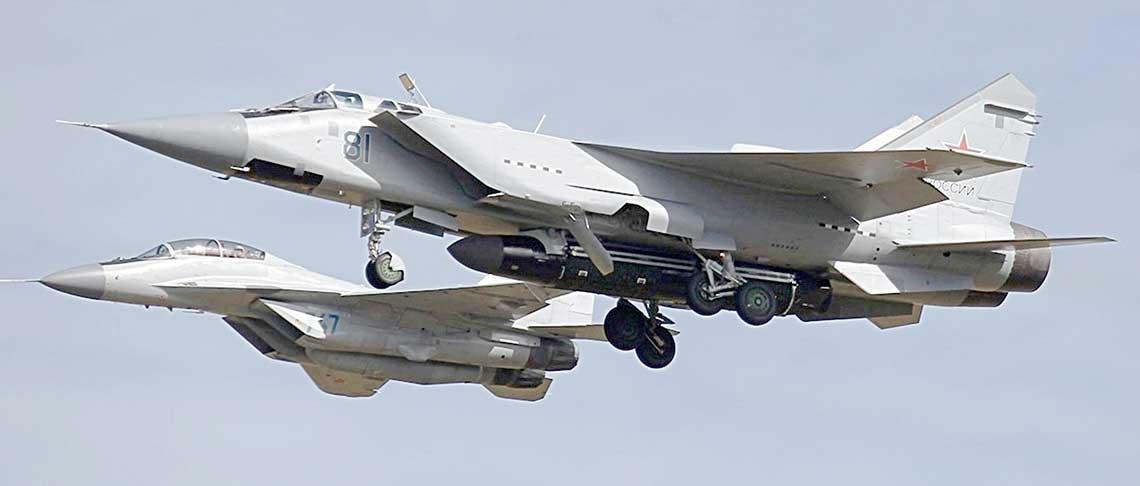 MiG-31 Izdielije 08 zpodwieszonym pociskiem 14A045 wlocie wasyście MiG-a-29M2.