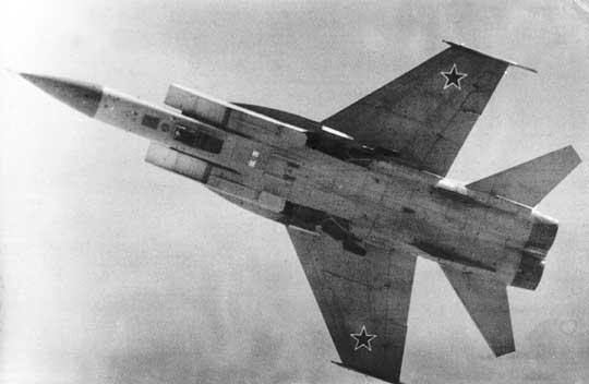 MiG-31D widziany od spodu – można zauważyć zagłębienie dla pocisku wcentralnej części kadłuba. Fot. Wiktor Druszlakow.