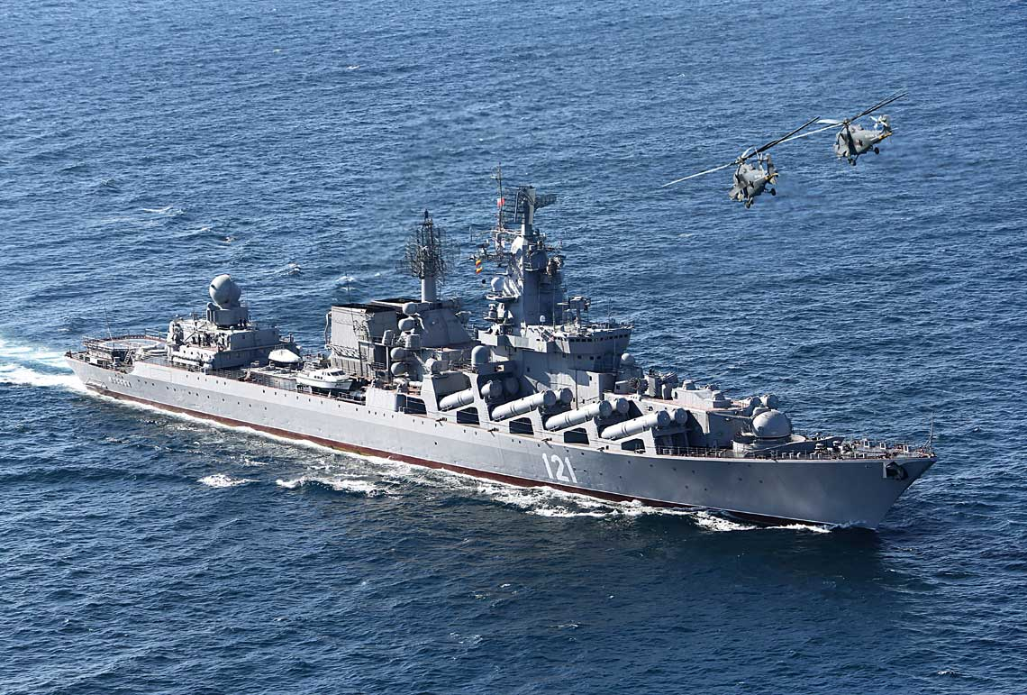 """Krążownik rakietowy Moskwa sfotografowany podczas ćwiczenia """"Kawkaz 2012"""". Obecnie trwa – planowany od dłuższego czasu – remontu okrętu."""