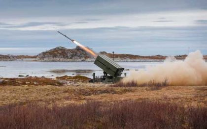 """Norweski Kongsberg promuje w Polsce system NASAMS, przy wsparciu spółki Raytheon, producenta pocisków SLAMRAAM, którymi NASAMS strzela. SLAMRAAM to przeciwlotnicza adaptacja pocisku """"powietrze-powietrze"""" AIM-120C-5 AMRAAM."""