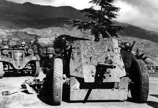 W 1936 r. pojawiła się nieznacznie zmodyfikowana odmiana armaty przeciwpancernej PaK 35 oznaczona 3,7 cm PaK 36. Ponieważ starsze egzemplarze szybko doprowadzono do nowego standardu, powszechnie zaczęto stosować oznaczenie 3,7 cm PaK 35/36 dla wszystkich wyprodukowanych armat.
