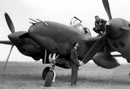Pilot Lightninga z 14. FG rozmawia z Brytyjczykiem z RAF na lotnisku w Atcham w Anglii, gdzie ta jednostka stacjonowała od sierpnia 1942 r. do czasu wyruszenia do Afryki.