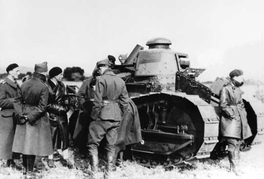 Żołnierze z Centrum Wyszkolenia Broni Pancernej zapoznają się z otrzymanym sprzętem. Zwraca uwagę fakt, że nie wszystkie przekazane nam Renault FT miały zamontowane uzbrojenie.