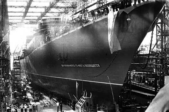 Dedykowany świętu Floty Wojennej – ztakim transparentem na dziobie zpochylni nr2 Stoczni im. 61 komunardów wNikołajewie, 27 lipca 1979r. zwodowano krążownik Sława, czyli dzisiejszą Moskwę.
