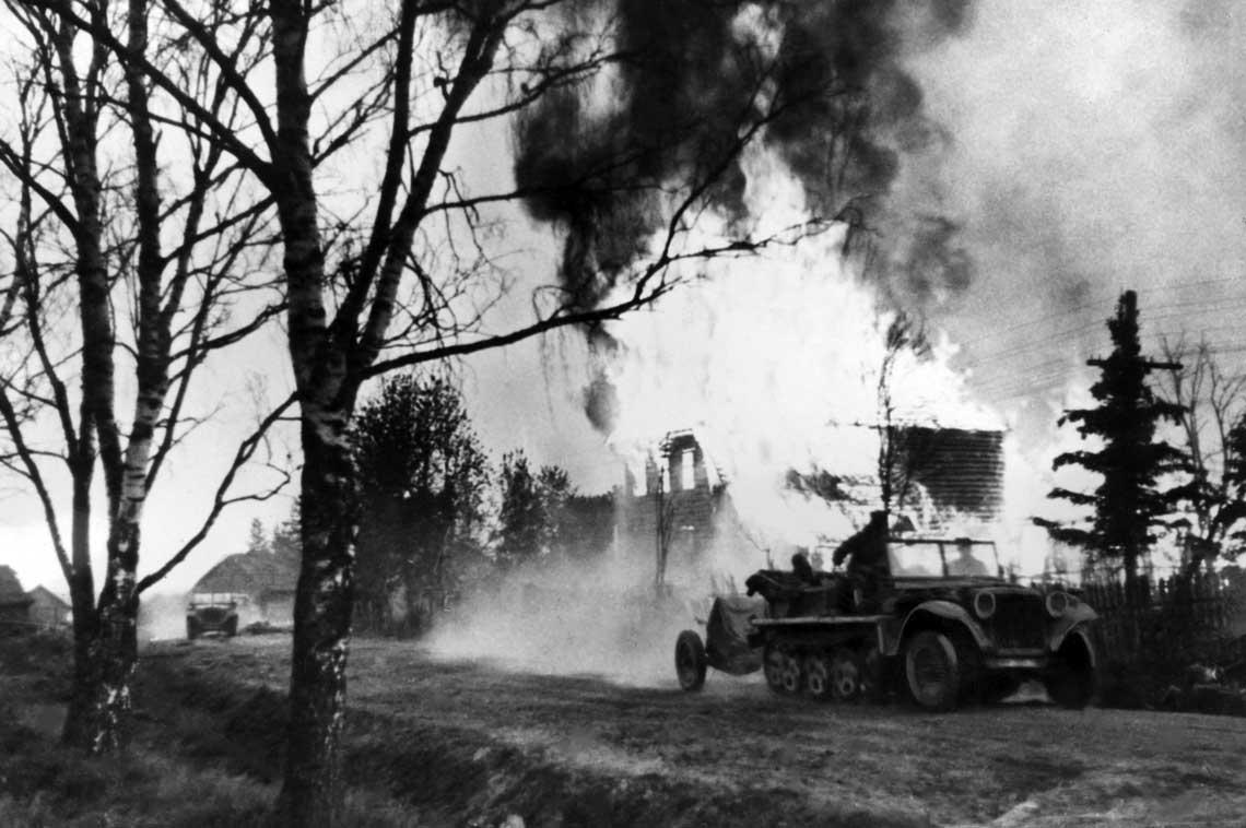 Armat przeciwpancernych 3,7 cm PaK 35/36 kal. 37 mm użyto bojowo m.in. w kampanii polskiej 1939 r. Na zdjęciu: armata tego typu holowana przez półgąsienicowy transporter SdKfz 10.