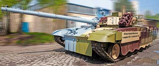 Lewa połowa czołgu nawiązuje do postaci pierwszego polskiego asa pancernego, Edmunda Romana Orlika, apierwowzorem jej kamuflażu było malowanie tankietek TKS uzbrojonych w20 mm nkm wz.38. Wjednej znich Orlik święcił swe tryumfy we wrześniu 1939 r.