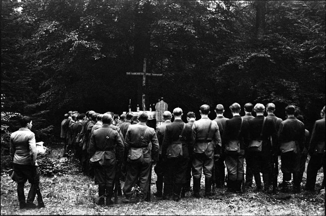 """Żołnierze zwiadu konnego wachmistrza Tomasza Wójcika ps. """"Tarzan"""" w czasie uroczystej mszy świętej na Wykusie; 12 września 1943 r."""