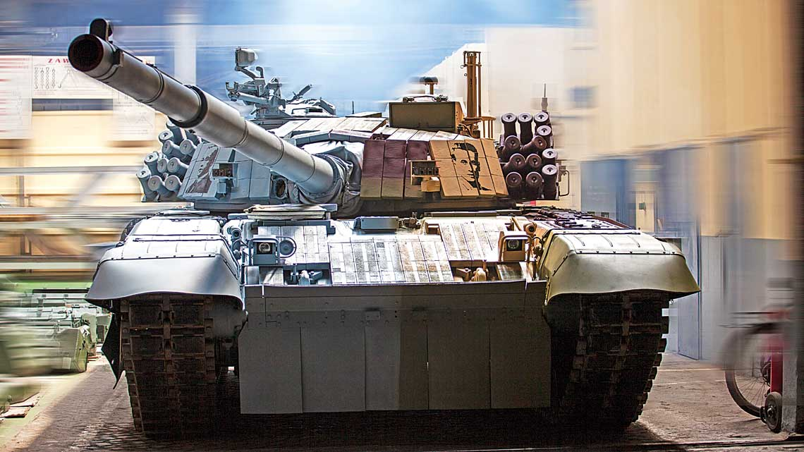 """WZakładach Mechanicznych """"BUMAR-ŁABĘDY"""" S.A. przygotowano okolicznościowe malowanie czołgu PT-91M2A2. Nawiązuje ono jednocześnie do setnej rocznicy wybuchu Ipowstania śląskiego i80-lecia kampanii wrześniowej."""