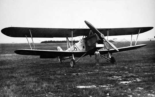 Pierwsze bombowce Hawker Hind trafiły w 1930 r. do 33. dyonu RAF. Zastąpiły tam Hawker Horsley (na zdjęciu), powstałe trzy lata wcześniej, ale należące do poprzedniej epoki. Hind był szybszy o około 100 km/h, niemal dwa razy mniejszy i lżejszy, choć przenosił trzykrotnie mniejszy ładunek bojowy.