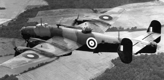 Handley Page Halifax B Mk I Series 1 był pierwszym seryjnym egzemplarzem bombowca tego typu, oblatanym 11 października 1940 r. w Radlett. Na samolocie tym testowano różne wieżyczki strzeleckie, w tym widoczną na zdjęciu dolną wieżyczkę z dwoma karabinami maszynowymi kal. 7,7 mm Boulton Paul Type R.