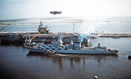 """Trudno olepszą egzemplifikację zestarzenia się moralnego systemu uderzeniowego, jaki tworzą """"zabójcy lotniskowców"""", czyli krążowniki typu Atłant iich główny oręż – pociski Bazalt. Marszał Ustinow wchodzi do Mayport na Florydzie w1991r. mijając lotniskowiec USS Saratoga (CV60), potencjalny cel dla swoich rakiet. Wówczas była to wizyta kurtuazyjna, obecnie Bazalty, anawet Wulkany, nie są wstanie pokonać obrony przeciwrakietowej okrętów US Navy."""