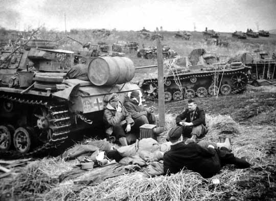"""Czołgiści 5. Dywizji Pancernej SS """"Wiking"""" podczas odpoczynku; 1943 r."""