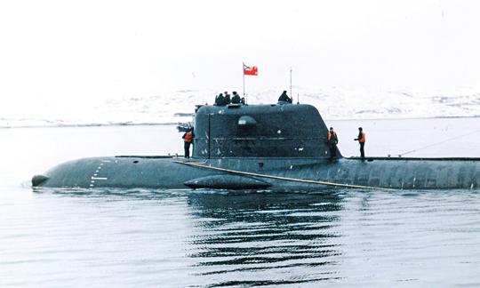 Zbliżenie części dziobowej AGS proj. 1910 Kaszałot. Opływniki na kadłubie kryją pędniki manewrowe. Podobne rozwiązania zastosowano na Łoszariku.
