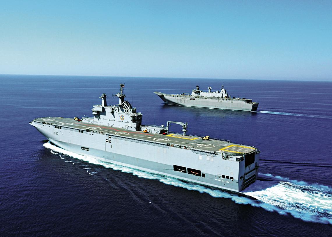 Okręt projekcji siły Anwarel El-Sadat podczas współpracy zhiszpańskim odpowiednikiem Juanem CarlosemI. Uwagę zwracają dwa zaształowane na pokładzie startowym Mistrala, samobieżne zestawy przeciwlotnicze AN/TWQ-1 Avenger, stanowiące tymczasowe rozwiązanie do czasu wzmocnienia uzbrojenia obronnego. Zakup Mistrali przez Egipt był zaskakujący. Znaleźli się nawet politycy, ito wPolsce, którzy uwierzyli, że był to tylko zabieg techniczny, aby przekazać je później Rosji za symbolicznego dolara amerykańskiego.