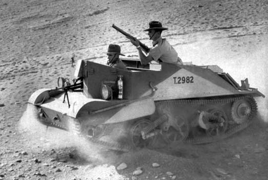 Australijska 9. DP odegrała znaczną rolę we wszystkich bitwach w rejonie El Alamein, spośród których dwie nazywano pierwszą i drugą bitwą pod El Alamein, a jedną – bitwą o Grzbiet Alam el Halfa. Na zdjęciu: żołnierze australijscy w transporterze opancerzonym Bren Carrier.