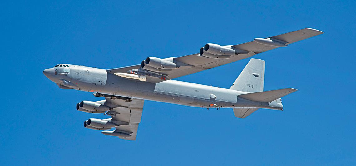 """Makieta gabarytowo-masowa pocisku AGM-183A ARRW pod skrzydłem B-52H podczas pierwszego """"testu wlocie"""" 12 czerwca 2019 r."""