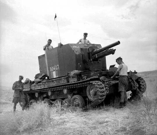Brytyjskie działo samobieżne Bishop – mało udany mariaż haubicoarmaty 25-funtowej (87,6 mm) z podwoziem czołgu Valentine; Sycylia, lato 1943 r.