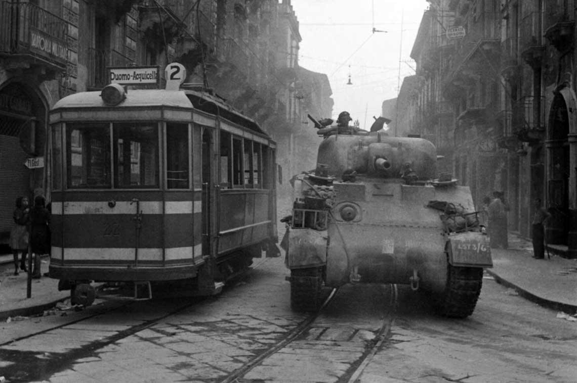 Brytyjski Sherman wjeżdża do Katanii; 5 sierpnia 1943 r.