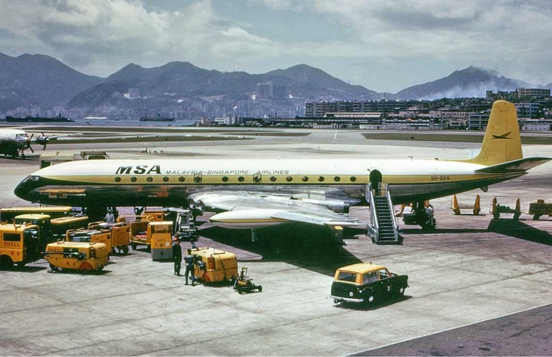 Comet 4C (9V-BAS) w barwach linii lotniczych Malaysia – Singapore Airlines; Port Lotniczy Hongkong – Kai Tak,  maj 1966 r.