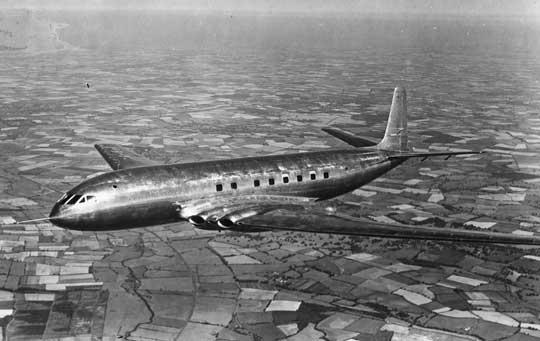 """Pierwszy lot samolotu komunikacyjnego DH-106 Comet miał miejsce 27 lipca 1949 r. Zwraca uwagę czysta linia aerodynamiczna samolotu i wypolerowana """"na błysk"""" powierzchnia."""