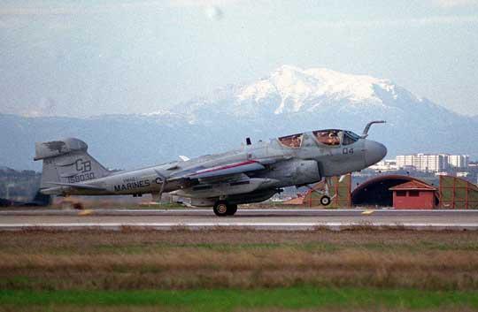 """Samolot EA-6B Prowler z dywizjonu VMAQ-1 """"Banshees"""" ląduje w tureckiej bazie lotniczej Incirlik podczas operacji """"Northern Watch"""";  4 stycznia 1999 r."""