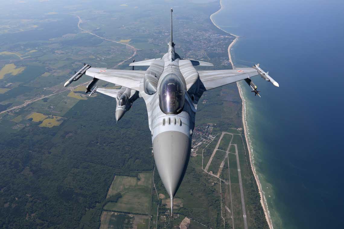 Polska była pierwszym państwem byłego bloku wschodniego, które dokonało zakupu wielozadaniowych samolotów myśliwskich F-16. Ogółem w latach 2006-2008 wprowadzono na stan polskiego lotnictwa wojskowego 48 myśliwców tego typu.