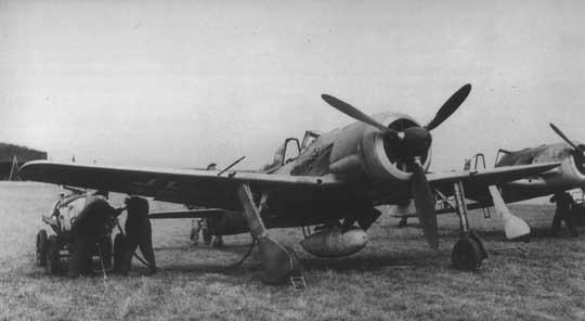 Focke-Wulf Fw 190 V9 A-0/U4, W.Nr. 0022 z silnikiem BMW 801 C-1 i zbiornikiem zapasowym pod kadłubem.