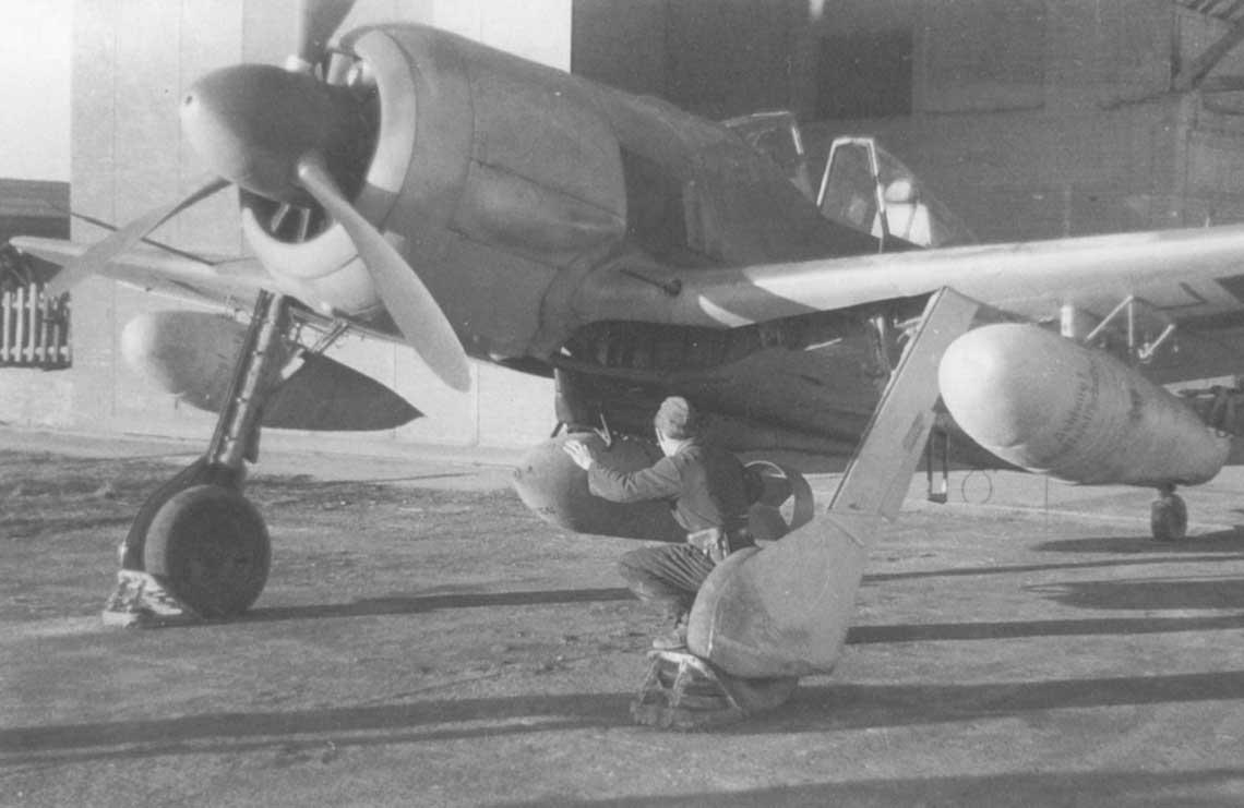 Fw 190 G-2 z dwoma zbiornikami paliwa opojemności po 300l pod skrzydłami oraz bombą 500 kg pod kadłubem.