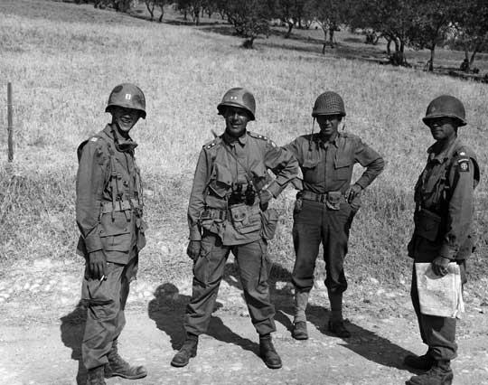 Generał Matthew Ridgway (drugi z lewej), dowódca amerykańskiej 82. Dywizji Powietrznodesantowej; Sycylia, 25 lipca 1943 r. Jego dywizja po opanowaniu zachodniej części wyspy przeszła do odwodu.