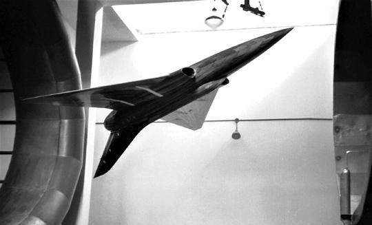 Model jednej z licznych konfiguracji aerodynamicznych samolotu myśliwskiego HA-300 podczas badań w tunelu aerodynamicznym INTA w czerwcu 1954 r.