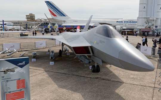 Zaprezentowana pierwszego dnia salonu makieta tureckiego wielozadaniowego samolotu myśliwskiego TFX zwracała uwagę podobieństwem do amerykańskiego myśliwca Lockheed Martin F-22A Raptor.